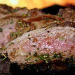 """痩せる肉とは?女優・夏木マリさんが紹介するボリューム満点肉料理の店とは。健康豚""""林SPF""""の取り寄せ方法【ペコジャニ】"""