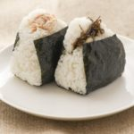 絶品おにぎりのレシピ!米は固め・少し冷まして3回で握るとおいしいおにぎりになる!?【教えてもらう前と後】